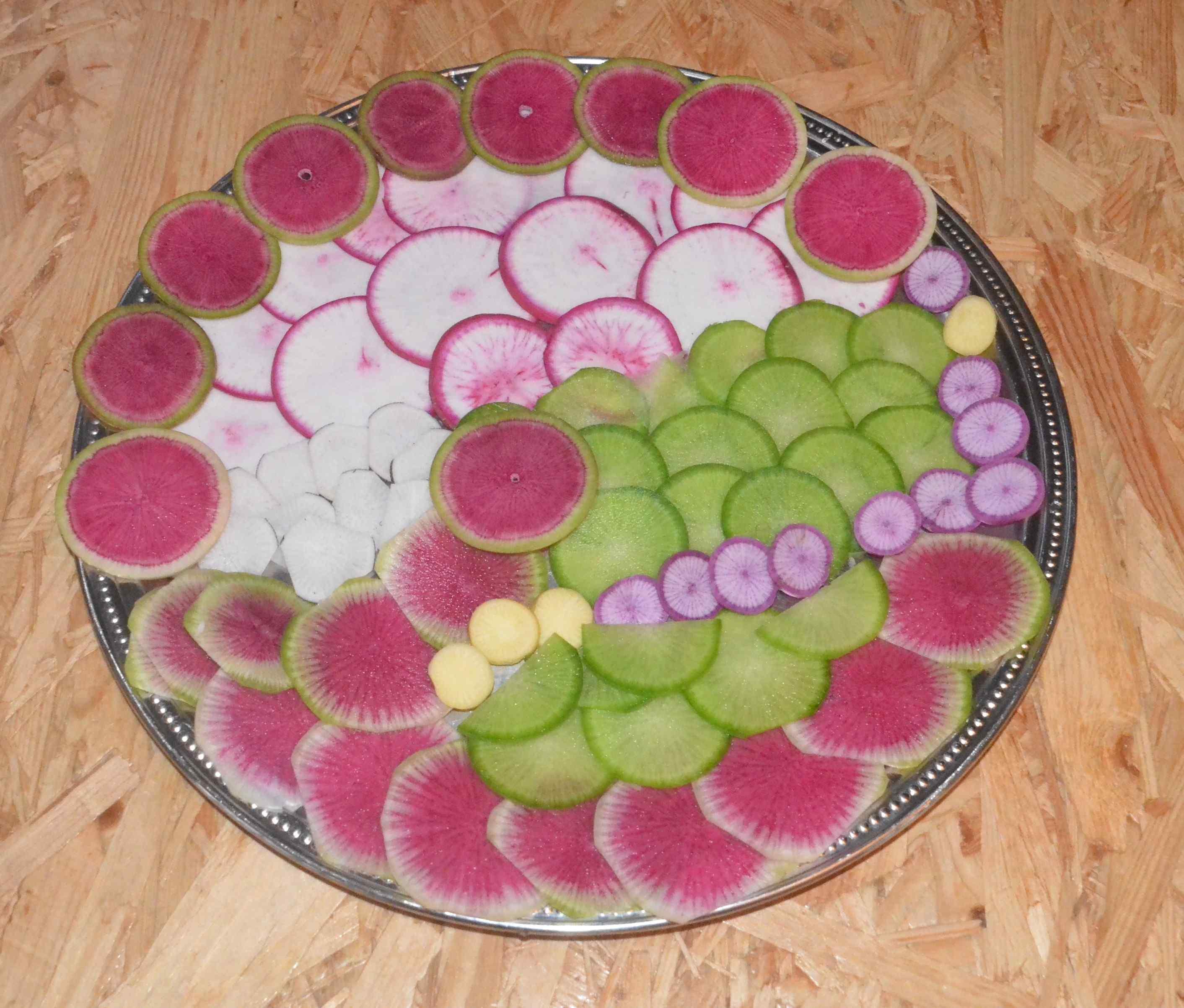 Assiette colorée de radis et navets, Benoît Deloffre