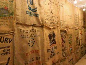Le mur d'entrée est tapissé de sacs de jute de diverses provenances !