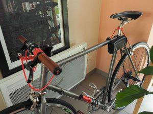 Vélo très joliment customisé (poignées, selle, sacoche)