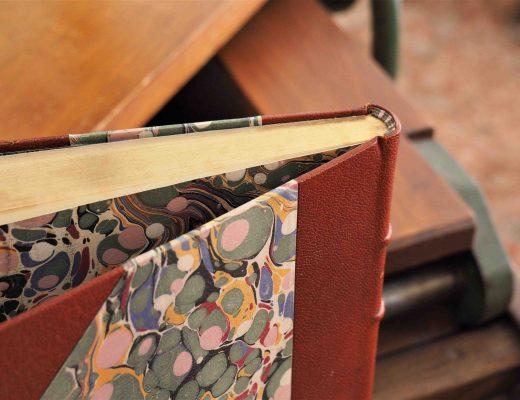 Tranchefile : petit bourrelet tissé qui garnit les 2 extrémités du dos d'un livre relié, pour maintenir les cahiers assemblés et consolider la partie débordante de la couverture.