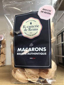 Macarons vanille, mais aussi à la framboise, pistache, ...