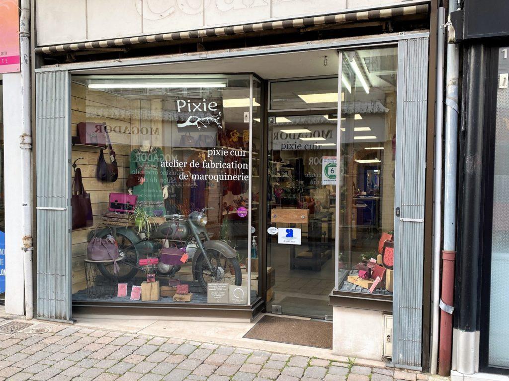 La vitrine de l'atelier-boutique Pixie Cuir