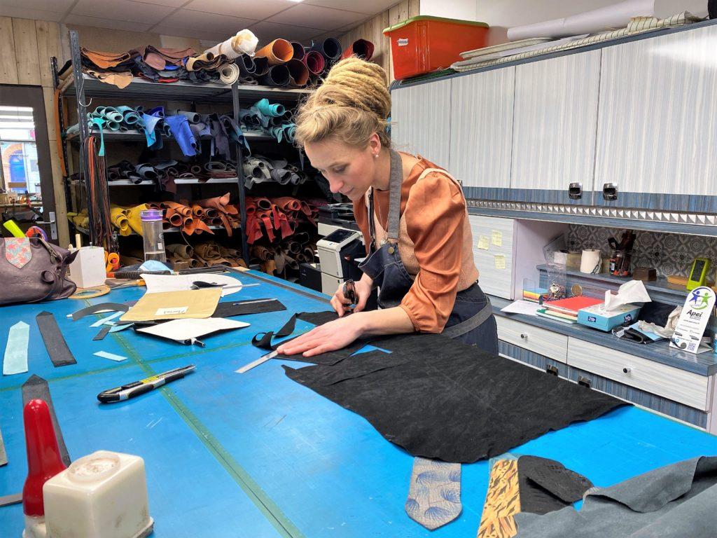 Jessica LANGELEE dans son atelier-boutique