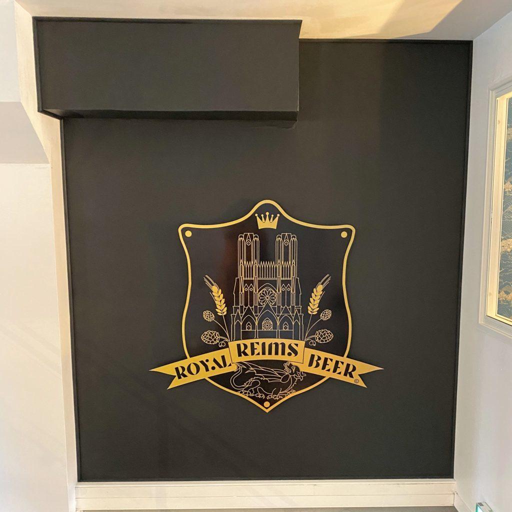 Le logo, dans la cage d'escaliers !