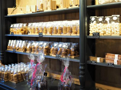 Biscuits variés sur les étagères
