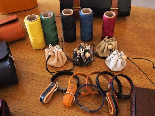 Bourses, bracelets, porte-clés