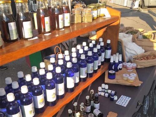 Une partie de la gamme : hydrolats, eaux florales, huiles essentielles, baumes…