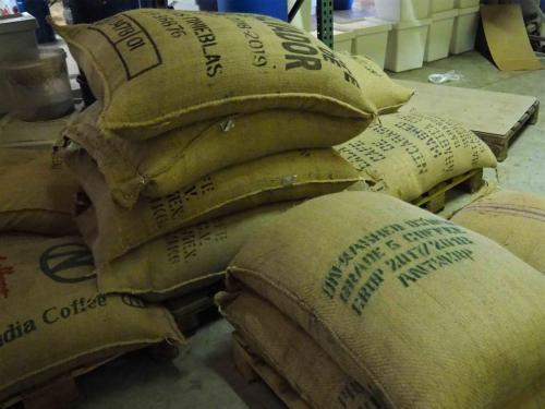 Café vert en sacs de jute, provenant de nombreux pays