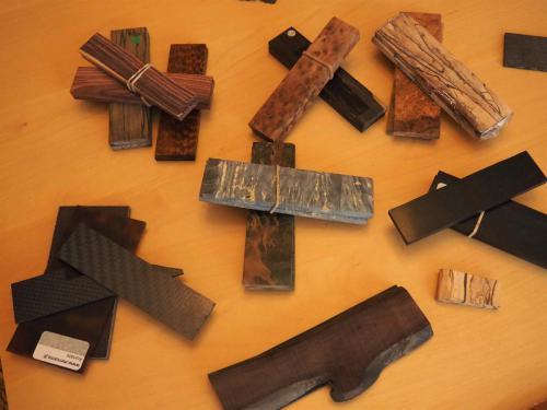 Différents matériaux pour les manches de couteaux...